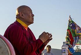 Прибытие Его Святейщества Дрикунг Кьябгона Четсанга на остров Огой